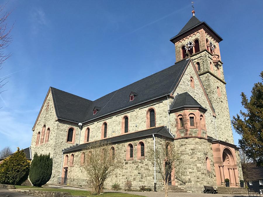 Schiefer Kirche Bild 1